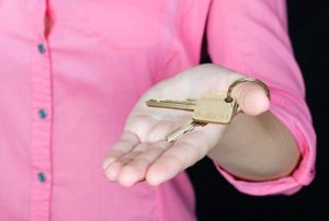 A real estate agent offer a key after you succeed in finding your perfect apartment.